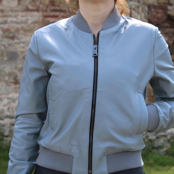 Дамско яке от Агнешка кожа цвят млечно сиво