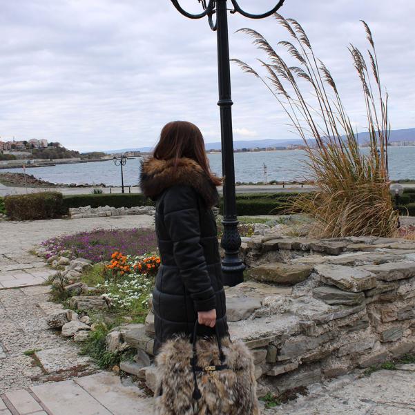 Дамско яке от Агнешка напа с качулка цвят черен