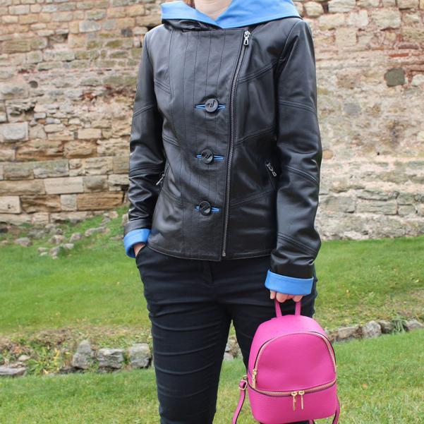 Дамско яке от Агнешка напа с качулка цвят черен, комбиниран със синьо