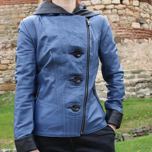 Дамско яке от Агнешка напа с качулка цвят син, комбиниран с черно