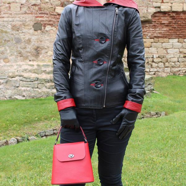 Дамско яке от Агнешка напа с качулка цвят черен, комбиниран с червено