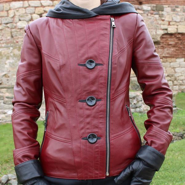 Дамско яке от Агнешка напа с качулка цвят бордо, комбиниран с черно