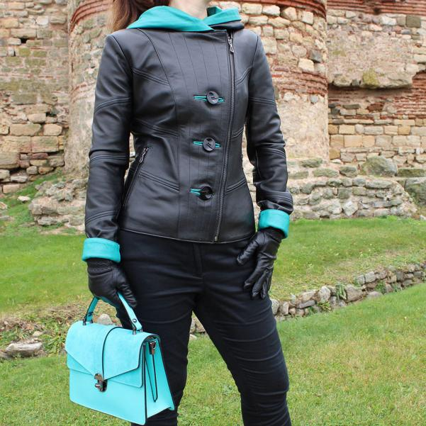 Дамско яке от Агнешка напа с качулка цвят черен, комбиниран с тюркоаз