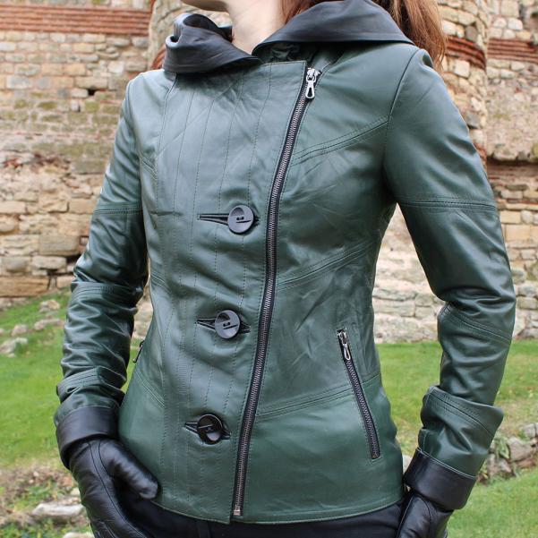 Дамско яке от Агнешка напа с качулка основен цвят тъмно зелен,комбиниран с черно