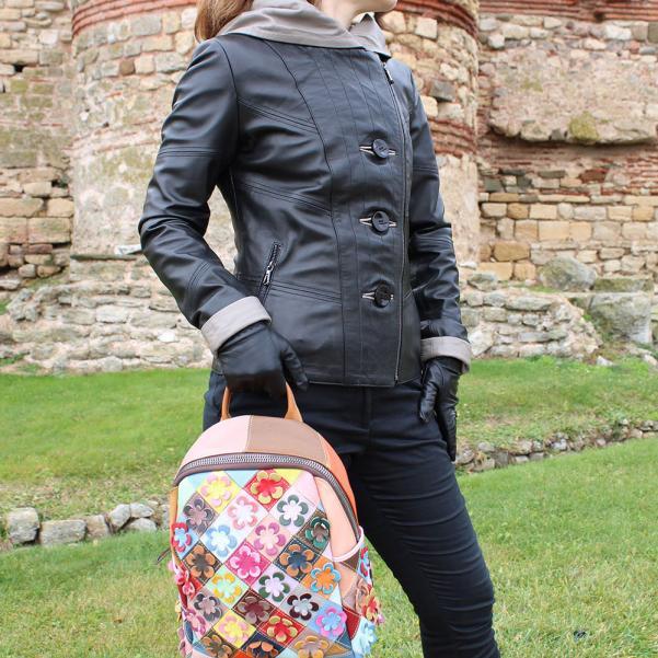 Дамско яке от Агнешка напа с качулка цвят черен, комбиниран с бежово